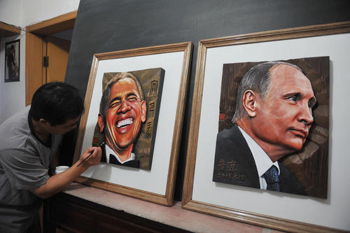 هنرمند چینی در آستانه برگزاری نشست سران جی بیست در پکن پرتره هایی چوبی از روسای جمهور آمریکا و روسیه کشیده است