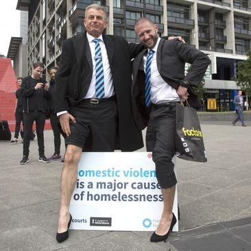 دو کارآفرین در شهر ملبورن استرالیا در اقدامی نمادین علیه تبعیض و خشونت علیه زنان کفش های پاشنه بلند پوشیده اند