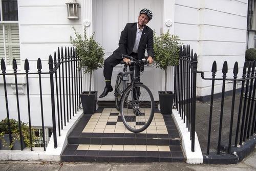 جرمی هانت وزیر بهداشت بریتانیا در حال سوار شدن به دوچرخه برای رفتن به سر کار