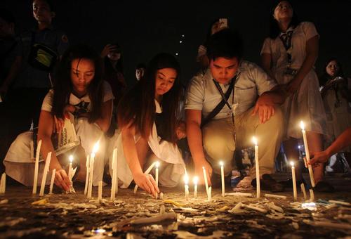 روشن کردن شمع برای گرامی داشت یاد قربانیان حمله تروریستی به شهر داوائو در جنوب فیلیپین