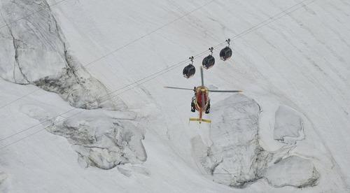 اعزام هلی کوپتر امداد رسان برای بیرون آوردن اسکی بازان از تله کابین – کوه های مونت بلانک در فرانسه