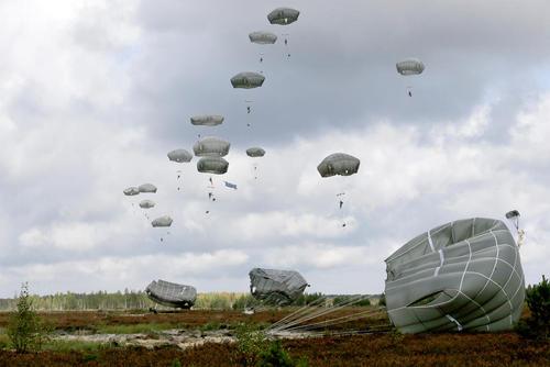 پرش با چتر نیروهای آمریکایی در جریان یک رزمایش در لیتوانی