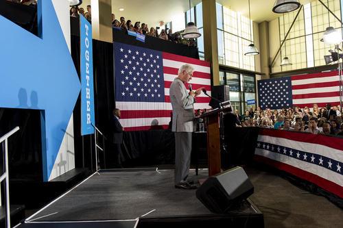 سخنرانی بیل کلینتون به نیابت از همسرش در گردهمایی حامیان هیلاری کلینتون در شهر لاس وگاس آمریکا. هیلاری کلینتون به دلیل بیماری برنامه سفرهای انتخاباتی خود را تا اطلاع ثانوی لغو کرده است