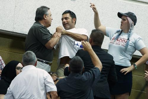 گرفتن یقه یک معترض در جریان سخنرانی دونالد ترامپ در جمع حامیانش در شهر اَشویل ایالت کارولینای شمالی آمریکا