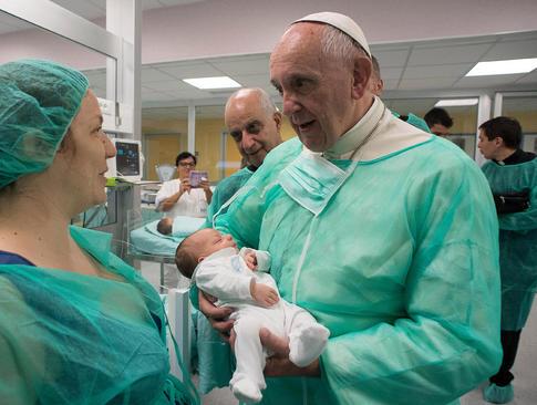 بازدید پاپ فرانسیس از بخش نوزادان بیمارستانی در شهر رم