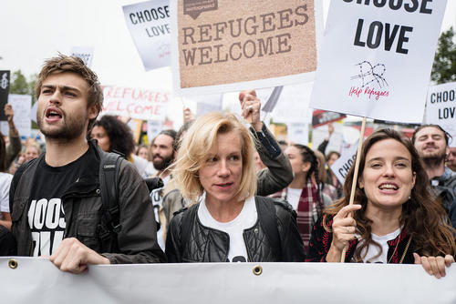 حضور هنرپیشه های مشهور در تظاهرات هزاران نفری در حمایت از جذب پناهجویان – لندن