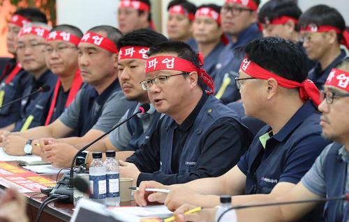 نشست خبری رهبران اتحادیه های کارگران صنعتی کره جنوبی در شهر سئول به منظور اعلام اعتصاب سراسری کارگران صنعتی در روز 23 سپتامبر برای اعتراض به سیستم پرداخت دستمزدها