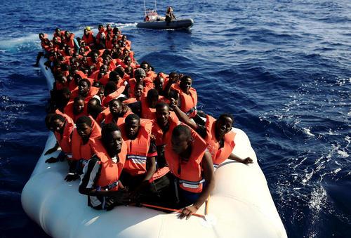نجات پناهجویان آفریقایی تبار در دریای مدیترانه