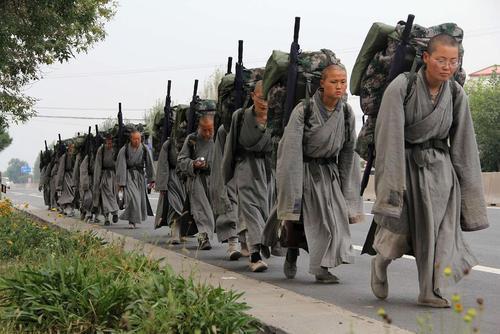 راهپیمایی ریاضت وار 15 روزه 30 راهب بودایی چین در اوایل پاییز. این راهبان روزی یک وعده غذا خورده و تنها 4 ساعت می خوابند و باقی روز را پیاده روی می کنند