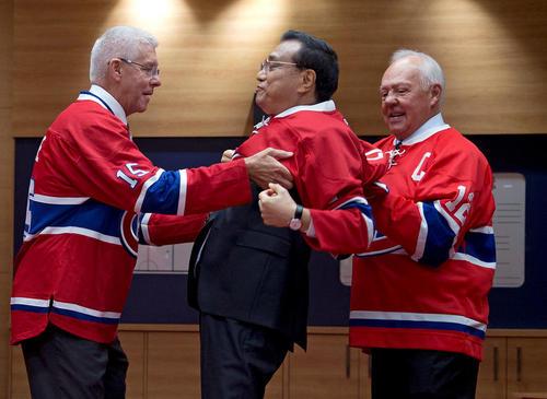 به تن کردن پیراهن تیم هاکی روی یخ شهر مونترال کانادا از سوی نخست وزیر چین