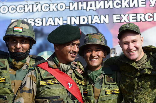عکس یادگاری سربازان هندی و روسی در جریان یک رزمایش مشترک در روسیه