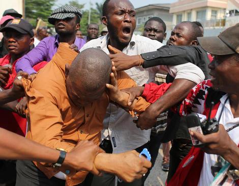 دستگیری و کتک زدن یک مرد متهم به همکاری با نیروهای امنیتی کنگو در جریان تظاهرات مخالفان حکومت در کینشازا