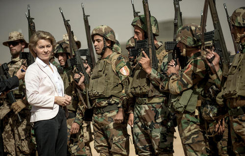 وزیر دفاع آلمان در جریان سفر به اربیل عراق ار یگان های پیشمرگه کرد و نیروهای آلمانی دیدار کرد