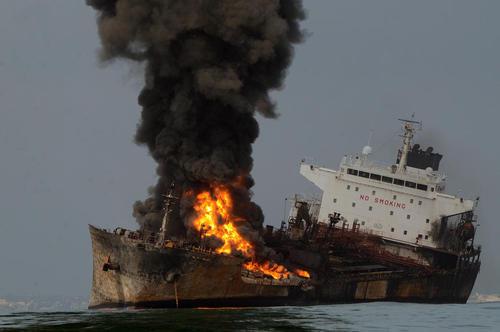 آتش گرفتن یک تانکر سوخت در سواحل مکزیک