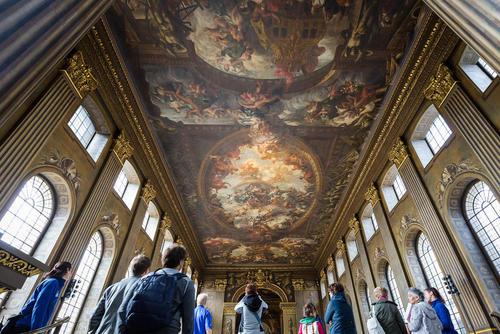 بازدید توریست ها از نقاشی های 300 ساله ساختمان کالج سلطنتی نیروی دریایی بریتانیا – لندن