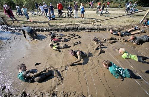 حضور 3 هزار رقابت کننده در مسابقات 2 روزه عبور از موانع سخت و گِل و لای و دوی 16 کیلومتری در لایپزیک آلمان
