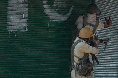 استفاده همزمان پلیس هند از تیر و کمان و تفنگ برای سرکوب معترضان کشمیری