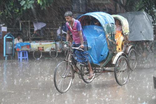 مسافرکشی در هوای بارانی شهر داکا بنگلادش