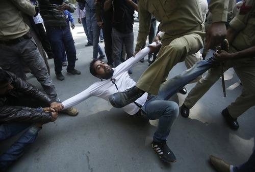 دستگیری معترضان کشمیری به دست پلیس هند