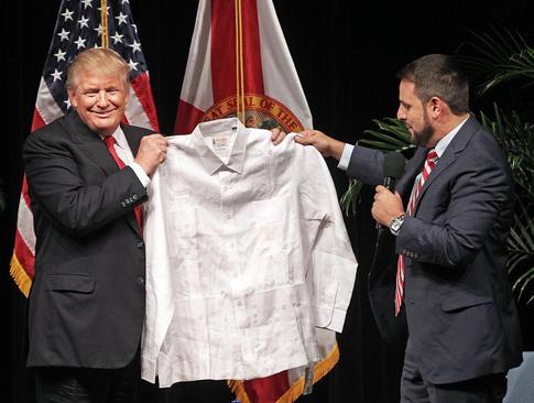 اهدای پیراهن سنتی کوبایی به دونالد ترامپ – میامی فلوریدا