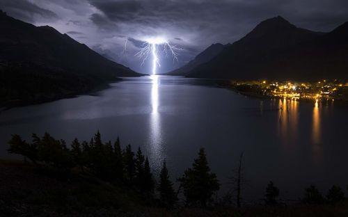 رعد و برق در پارک ملی دریاچه های واترتون در ایالت آلبرتا کانادا
