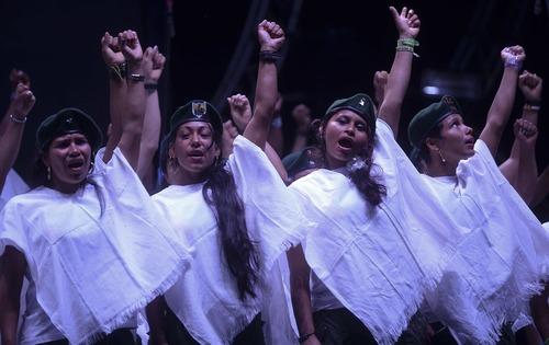 سر دادن شعار صلح از سوی زنان عضو گروه شبه نظامی فارک پس از توافق صلح بین شورشیان فارک و دولت کلمبیا