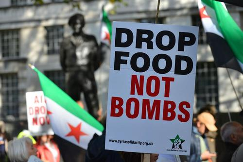 اعتراض انگلیسی ها به بمباران شهر حلب سوریه در خیابان داونینگ لندن