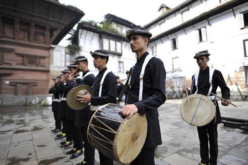 گروه موزیک ارتش نپال در نخستین روز از جشنواره هندوها در شهر کاتماندو