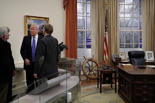 دونالد ترامپ نامزد جمهوریخواه ریاست جمهوری آمریکا که تا کنون پا به درون کاخ سفید نگذاشته در حال بازدید از ماکت اتاق بیضی کاخ سفید – اتاق کار رییس جمهور آمریکا- در موزه جرالد فورد در میشیگان است