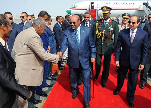 استقبال رسمی عبدالفتاح السیسی رییس جمهور مصر از عمر البشیر همتای سودانی در فرودگاه بین المللی قاهره