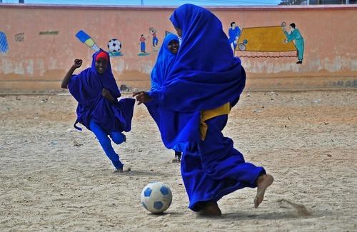 دختران سومالیایی در حال بازی فوتبال در مدرسه ای در شهر موگادیشو