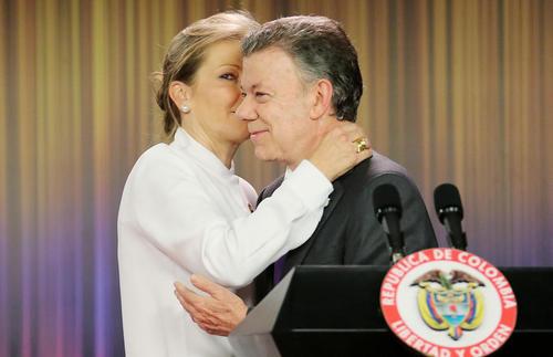 تبریک همسر خوان مانوئل سانتوس رییس جمهور کلمبیا به او بابت دریافت نوبل صلح 2016 – بوگوتا