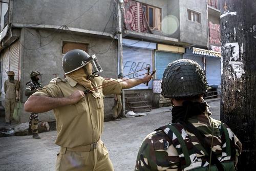 پلیس کشمیرهم در برابر معترضان از تیر و کمان استفاده می کند