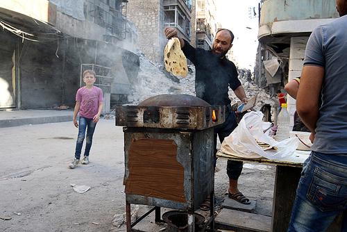 پخت نان در منطقه تحت کنترل شورشیان در شهر حلب سوریه