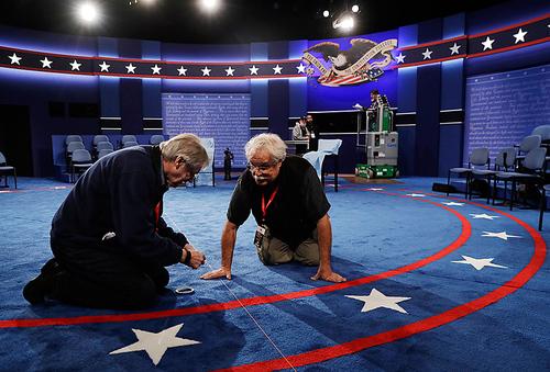 آماده کردن محل برگزاری دومین مناظره زنده تلویزیونی دو نامزد اصلی انتخابات ریاست جمهوری آمریکا – دانشگاه واشنگتن در شهر سنت لوییس