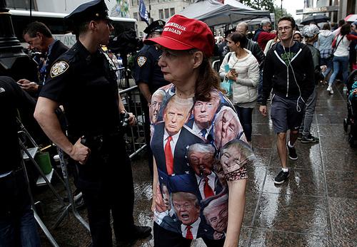 یک حامی دونالد ترامپ نامزد جمهوریخواه انتخابات ریاست جمهوری آمریکا – منهتن نیویورک