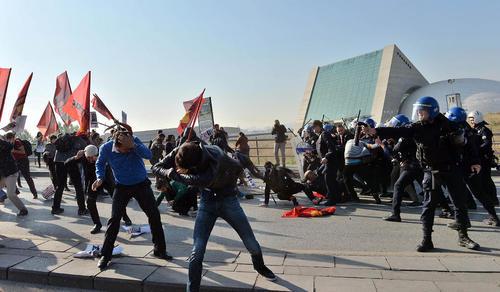 درگیری پلیس آنکارا با معترضانی که به مناسبت سالگرد حمله انتحاری سال گذشته در نزدیکی ایستگاه راه آهن آنکارا گرد آمده بودند