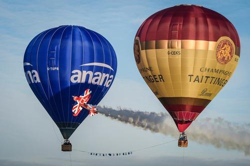 عبور هواپیمای آکروبات از بین دو بالن - انگلیس