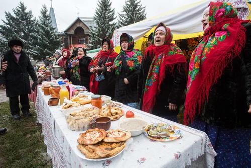 چیدن غذاهای سنتی روی میز در جشنواره