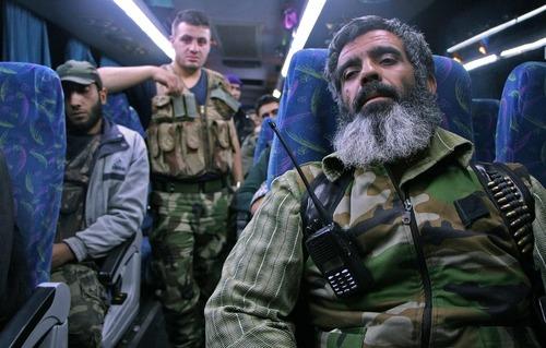 بازگشت نیروهای شورشی و خانواده هایشان از منطقه حومه دمشق به شهر ادلب سوریه
