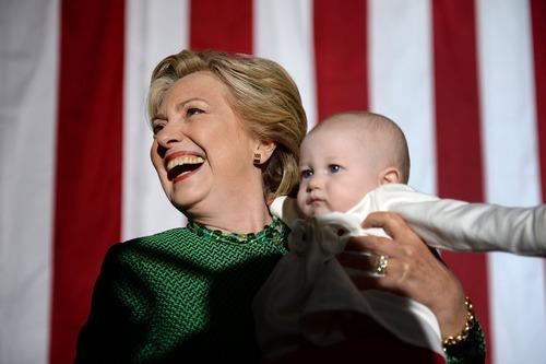 در آغوش کشیدن یک نوزاد از سوی هیلاری کلینتون در جریان سخنرانی انتخاباتی او در دانشگاه کارولینای شمالی در شهر شارلوت