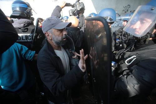 تنش بین پلیس فرانسه و پناهجویان اردوگاه موسوم به جنگل در منطقه کاله فرانسه