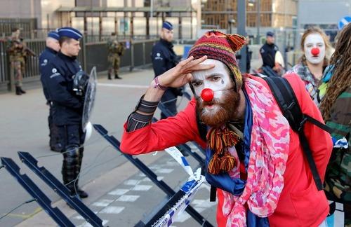 تظاهرات در اعتراض به انعقاد توافقنامه تجاری اتحادیه اروپا و کانادا در مقابل مقر شورای اروپا در شهر بروکسل بلژیک