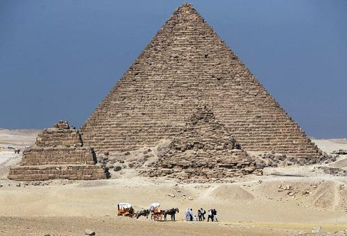 بازدید گردشگران از اهرام ثلاثه در حومه شهر قاهره مصر