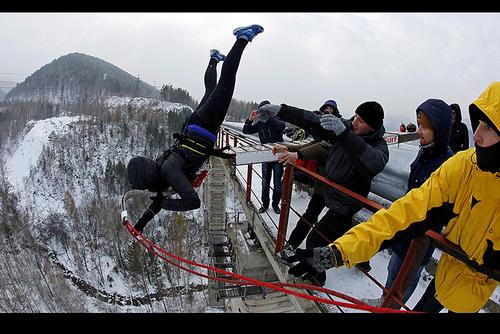 پرش یک زن عضو یک گروه ماجراجو از یک پل 144 متری در کرسنویارسک روسیه