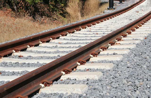 چرا زیر ریل آهن سنگ ریزه می ریزند؟