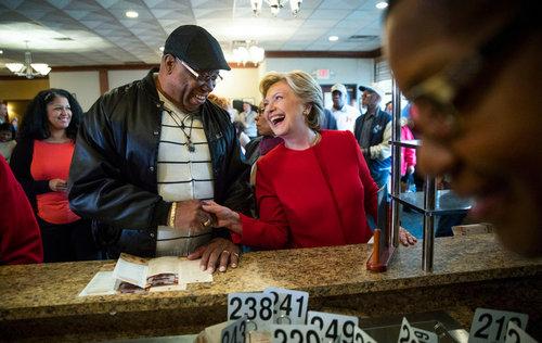 هیلاری کلینتون نامزد دموکرات انتخابات ریاست جمهوری آمریکا در یک کافه در شهر کلیولند ایالت اوهایو