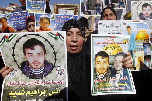 تجمع فلسطینی ها در مقابل دفتر صلیب سرخ در شهر هبرون در کرانه غربی در همبستگی با زندانیان فلسطینی زندان های اسراییل