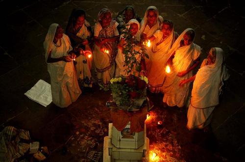 زنان بیوه در جشنواره چراغ دیوالی در شهر بوبانسوار هند