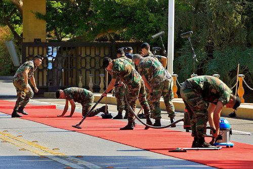 سربازان ارتش لبنان در حال تمیز کردن موکت قرمز ورودی کاخ
